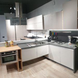 cucine italiane moderne ad angolo grigio roccia cemento e rovere in promozione vista 1