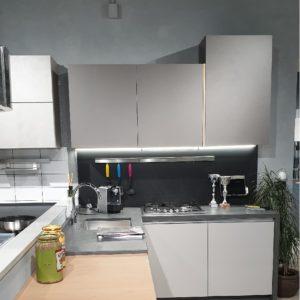cucine italiane moderne ad angolo grigio roccia cemento e rovere in promozione vista 3