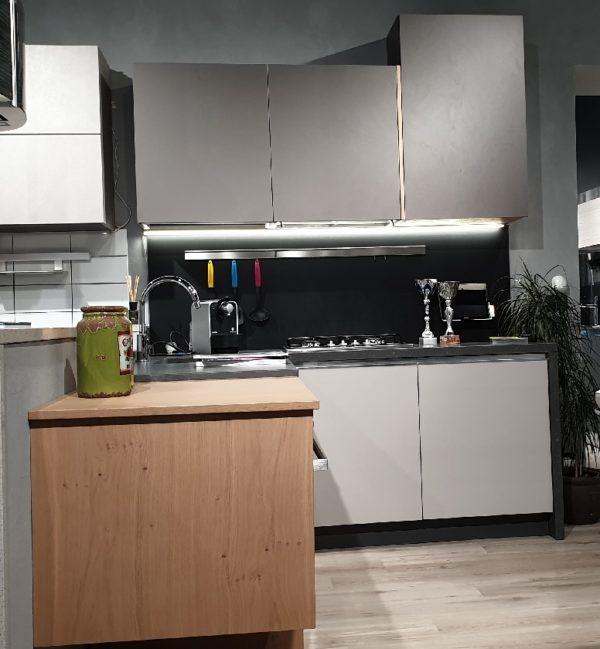 cucine italiane moderne ad angolo grigio roccia cemento e rovere in promozione vista 2